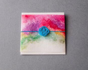 オリオン大星雲、ばら星雲…夜空の星を、透明水彩で美しく描いたポチ袋。タナベサオリさんの紙作品は別デザインや一筆箋も揃っているのでチェックしてみてくださいね。