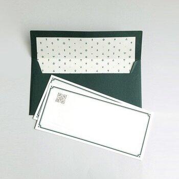 深い緑色と重厚感のある枠線に、繊細なエンボスを施した一筆箋。フォーマルな贈り物に添えるメッセージにも使えそうです。
