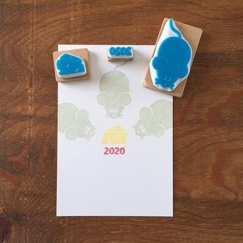 こちらは干支であるねずみとチーズ、2020の数字がセットになったスタンプ。きょうだいに渡すお年玉なら、色を変えて押してあげても素敵。年賀状は少ない枚数を手書きで…という方には年賀状にも使えます。