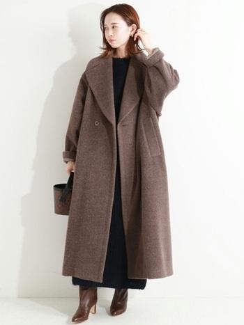 優しいタッチの足元ぎりぎりロングコートは、女っぷり高めのブーツで気分もスタイルも盛り上げましょう!小さいバッグを合わせればシックでありながら女性らしさも際立たせることができます。