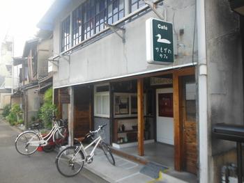 お店は細い路地を入った先にあります。初めての方はこの緑の看板を目印にしてみてください。2階部分がカフェになっています。