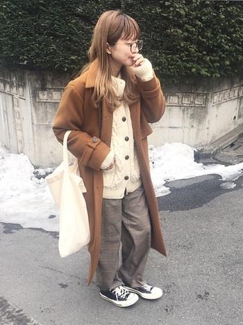キャメル寄りの明るいブラウンのコートは、ウエスト部分が切り替えデザインだったり、袖元にベルトがついていたりと凝ったデザインのものが多いのが特徴的。INは、ほっこりカーデ×チェックパンツのリラックスコーデであっても、コートが凝っているのでお洒落さんに見えます♪