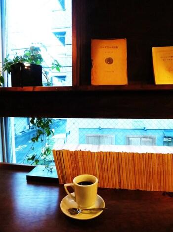 オーダーしてから豆を挽いてくれる本格的なコーヒー。静かな店内には豆を挽く音が響き、コーヒーのいい香りが漂います。目の前の本から気になる一冊を手に取り、待っている時間さえも満たされます。