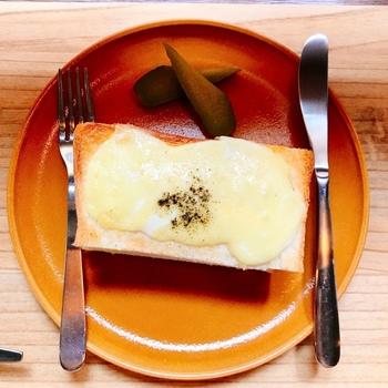 軽食にはサンドウィッチがおすすめです。クロックムッシュ風でチーズがとろ~り。ハーフサイズでもしっかりと食べ応えがあります。ケーキなどのデザートもありますよ。
