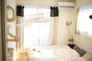 こちらのブロガーさんは、家でもっとも日当たりのいい寝室を物干し部屋に。物干し竿ではなく壁付けの物干しワイヤーを採用しています。使わないときは巻き取ってしまえるので、くつろぎの時間はすっきり過ごせます。