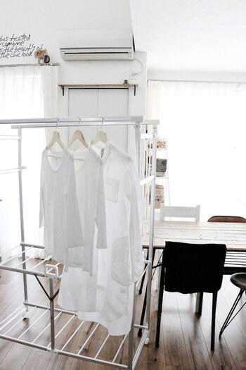 こちらのブロガーさんは、冬のお洗濯のポイントとして「洗濯物が密着しないように、洗濯の総量を減らし、間隔をあけてゆったりと干すこと」を挙げています。エアコンのあるリビングで、ファンも併用してさらに乾燥時間を短くしています。