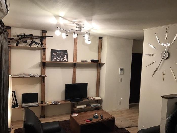 壁面いっぱいにディアウォールで作る収納棚です。強度があるのでテレビ以外にも雑貨や本など重たい物を置けます。長板を使用すれば広々としたワークスペースに。棚受けフックは好きな位置に付けられるので、床に座るか椅子を使うか自分に合わせられます。