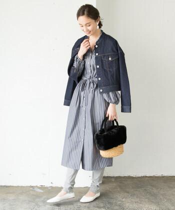 夏だけじゃもったいない♪秋冬にもかごバッグを合わせるコーデをする方が増えてきました。デニムジャケットにシャツワンピにファー付きかごバッグの組み合わせ。ナチュラル感を出しつつ、黒のファーがコーデのポイントになっています。