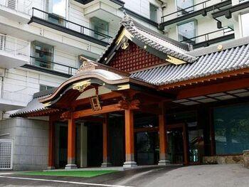 茨城の高級温泉・ホテルをお探しなら「つくばグランドホテル」がおすすめ。万葉から続く歴史の筑波山らしく、至る所に飾られた漆絵が奥深い特別な空間を演出します。お部屋は和洋が織りなす貴賓室や、展望風呂付客室の和室、洋室など装い豊かにご用意。筑波山からなる木々の香りの中で、優雅で贅沢な旅を楽しめます。