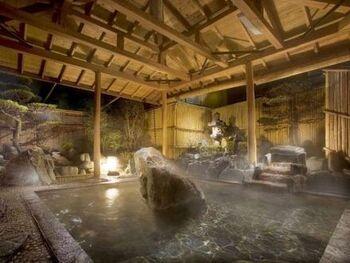 庭園露天風呂は、日本風情漂う庭園の絵画のような景色と共に温泉を楽しめます。屋根があるので雨の日でも安心して入れますし、何より雨の落ちる庭園もまた情緒深く美しいです。