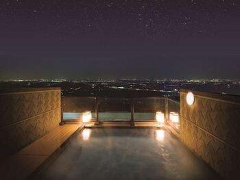 """つくばグランドホテルは""""天空""""と""""庭園""""の2つの露天風呂も自慢の一つ。天空露天風呂は、屋根のない開放的な空間。晴れ渡った日には、日光連山や富士山を同時に見渡せます。夜は満点の星空と夜景に癒されながら温泉に浸かれば、芯からリフレッシュできますよ。"""