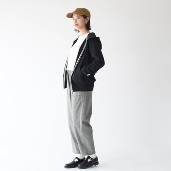 肌寒い時にさらりと羽織ったり、アウターの中にレイヤードしたりとロングシーズン活躍しそう♪一着は持っていたい定番アイテムです。