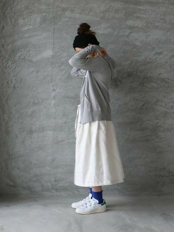 グレーのパーカーにリネンのスカートを合わせて。全体的に優しい印象ですが、足元のブルーのソックスがいいアクセントになっています。