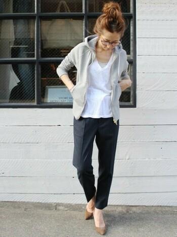 定番のグレーのパーカー。コンパクトなサイズ感のものを選んですっきりと着こなすとスタイリッシュに見えますね。