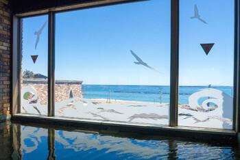 のぞみの温泉は、地下1,504メートルかから湧出させた自家源泉を使用しています。成分が濃く、体に浸透しやすい貴重な温泉を、ひのき風呂・展望岩風呂・香り風呂・洞窟風呂・五右衛門風呂など、種類豊富にご用意。広大な海を見ながら入れるのも醍醐味で、まさに温泉のテーマパークとも言える充実設備です。