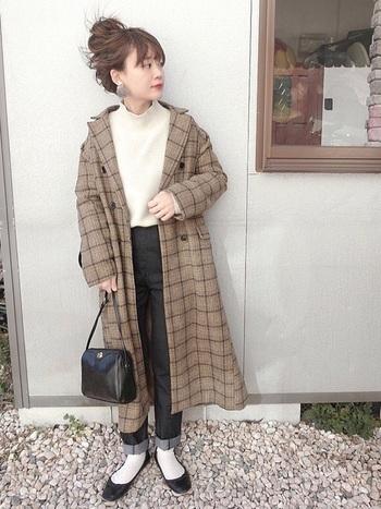 ノンウォッシュデニムと合わせてきれいめカジュアルに仕上げても◎インナーにハイネックニットを合わせて、さらに大判ストールをコートの上から羽織るなどして、工夫しながら防寒対策するのも楽しいですよ。