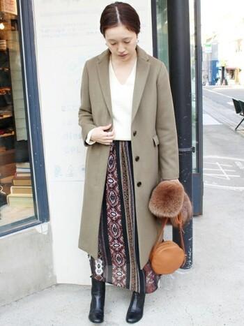 ふっくらとした素材感でなめらかな肌触りのチェスターコート。寒い日でもすっきりとしたスタイルのおしゃれを楽しみたい時や、きちんと感を出したい時などにとても重宝します。トラットでマニッシュな印象ですが、スカートやファー小物などと合わせて女性らしい雰囲気にも。