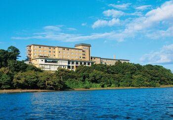 「かんぽの宿 大洗」は、那珂川沿いの高台にあり、お部屋やレストランからは大洗町とひたちなか市を繋ぐ海門橋を一望することができます。贅沢な絶景とグルメを楽しめる宿でありながら非常にリーズナブルで、地元から旅行客まで人気の高いホテルです。