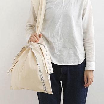 農家で使われていた果物バッグをモチーフにしたマーケットバッグ。両端の布を中央で結び、中央の布を持ち手にするユニークなデザイン。結んだ布がリボンのように見えるので、プレゼントを入れてギフトバッグにしても喜ばれそうです。