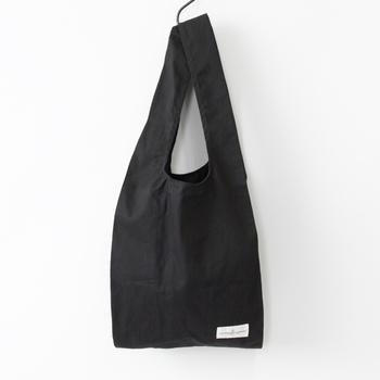 オーガニックコットンで作られたエコバッグは、シンプルながら上質な生地感で、スーツスタイルや男性持ちにもおすすめ。持ち手部分が長めにできているので、肩にかけやすいのもポイントです。
