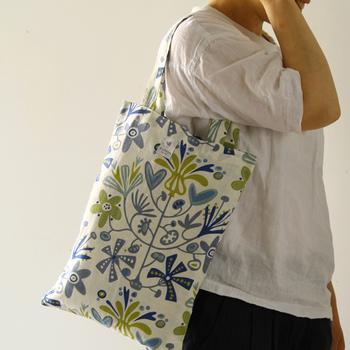 麻とコットンの混紡生地が、軽やかで爽やかな印象のエコバッグ。持つだけでシンプルなスタイルが華やぎます。