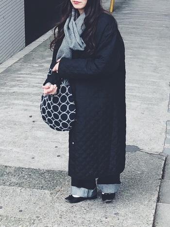 ロング丈のコートには、デニム×バレエシューズのお馴染みコーデで。コーデのポイントにバッグで遊びを取り入れると急にお洒落さがアップ。