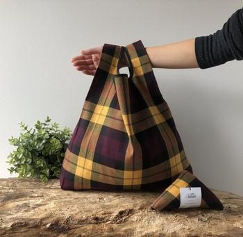 こちらはイエロータータン。いろいろなデザインを揃えて、その日のファッションやメインバッグに合わせた持ち替えを楽しみたくなりますね。