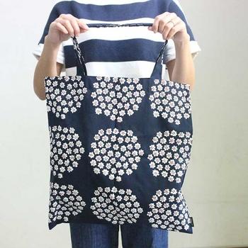 マリメッコのテキスタイルを手軽に日常に取り入れられるトートバッグ。フィンランド語で「花束」をさす名前の通り、ネイビーの地に小花柄が愛らしく上品な印象です。
