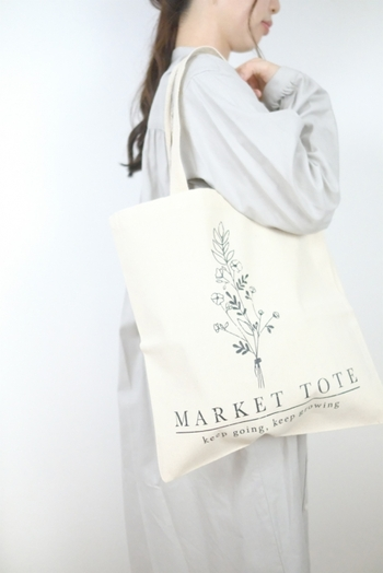 シンプル、ナチュラルな装いには、飾らない印象の生成りのバッグも素敵。