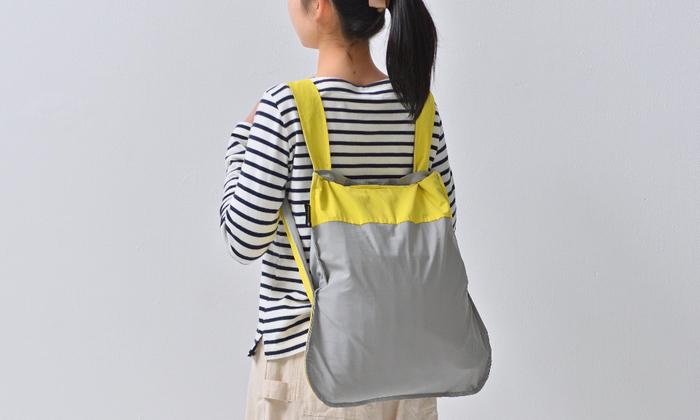 ストラップを引くとリュックにできるのがこのバッグの魅力。例えば自転車で出かけたり、子どもと手をつないで歩くときのお買い物に…両手をあけておきたいときに便利なんです。