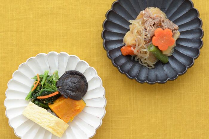 和の趣あふれる美しい輪花皿は、和・洋・中どんな料理も美味しそうに引き立てて、食卓を華やかな雰囲気に演出してくれます。シンプルなデザインなのでほかの器ともコーディネートしやすく、朝食・ランチ・晩ご飯と1日の中の様々なシーンに活躍してくれますよ。こちらの写真の直径15㎝の輪花皿は、メイン料理の取り皿としても、副菜の器にもちょうどいい大きさです。可憐で上品なデザインの輪花皿で、毎日の食卓を素敵に演出してみませんか?