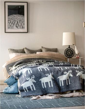 こちらはベングト・リンドベリが描くムースのイラストを規則的に並べた、北欧気分満載のデザイン。落ち着いた色合いなので、大人のベッドルームにもぴったりです。