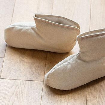 もっとしっかり足首まで温まりたい!という重度の冷え性さん向けのルームブーツ。外側と内側にはさらさらと吸湿性のよい「ささ和紙」100%の生地を使用し、いつも清潔に履くことができます。たっぷりの中綿や、床の冷たさを足に伝えないしっかり厚みをとった底もうれしい工夫です。