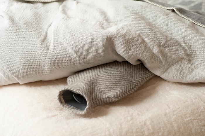 昭和レトロなイメージの強い「湯たんぽ」ですが、カバー次第でこんなにおしゃれになるんです。カバーはウール100%、本体はドイツ・ファシー社の樹脂製ボトル。金属やプラスチックとくらべて柔らかく、夏には水枕としても使えます。じっくりゆっくりあたたまる心地よさは、一度使うと手放せなくなりますよ。