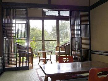 館内やお部屋は、シンプルかつ日本らしい風情を込めたジャパニーズモダンがテーマで、心和むひと時を過ごせます。お部屋の椅子に腰を下ろし、大きな窓から覗く木々達を眺めながらせせらぎに耳を傾ければ、この宿に来てよかったと実感できるはず。