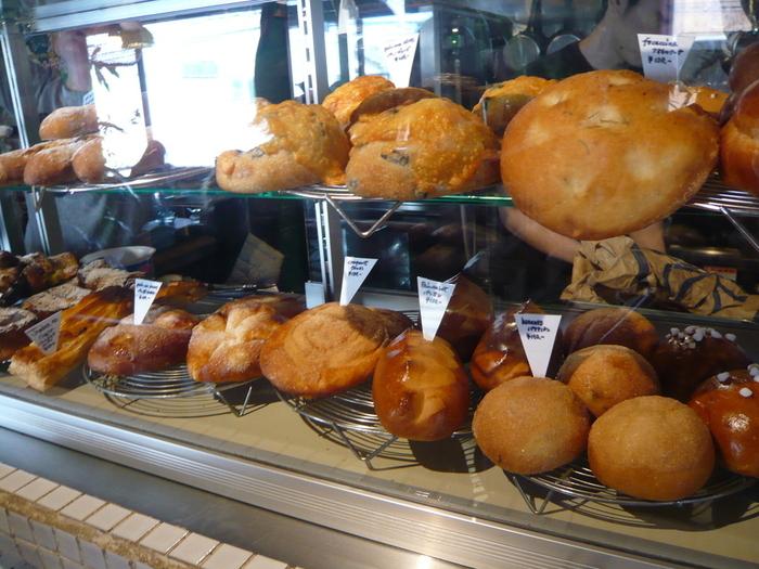 軽食にはパンがおすすめです。オーナーがもともとパン職人だそうで、25種類のパンが並んでいます。どれも美味しいので、迷った際は見た目で選んでみるのもいいかもしれません。パンはお持ち帰りも可能です。パン以外にもキッシュやラザニアなどのお食事も。