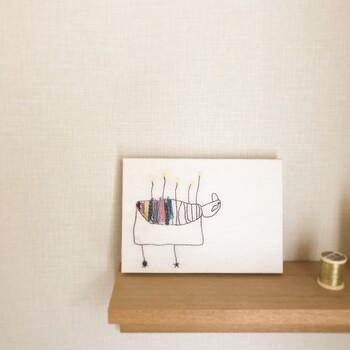 ファブリックパネルに加工してもらうと、壁にかけたり、棚に飾ったりとインテリアとしての幅が広がります。子どもがすこし大きくなったら、一年で一番上手にかけたものを一緒に選んで、ファブリックパネルにすれば、本人も嬉しい気持ちが高まりますね。