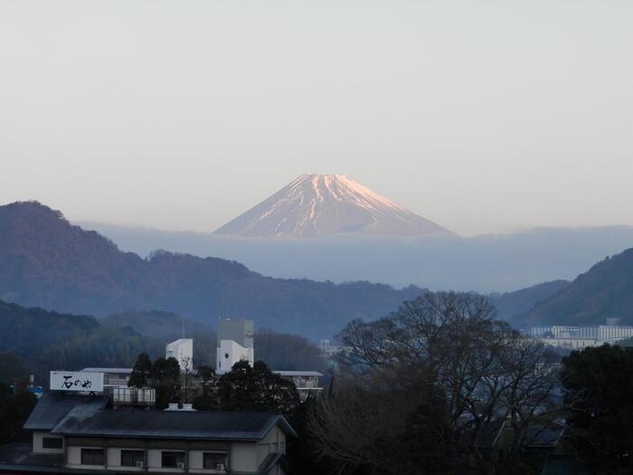 交通の便が良い伊豆長岡温泉は、日帰り旅行客も多く、共同浴場や日帰り温泉施設がたくさん。中でも人気なのが「ニュー八景園(はっけいえん)」の屋上にある天空風呂です。全長15メートルの開放感ある露天風呂の先には、広大な富士山がそびえたちます。アメニティも充実していて、手ぶらでも行ける温泉なんです。