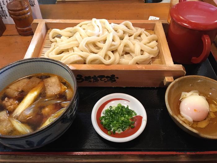 太くコシの強いうどんは、お肉系の汁と好相性。メニューは他に『ピリ辛つくね汁』『味噌煮込みうどん』など。