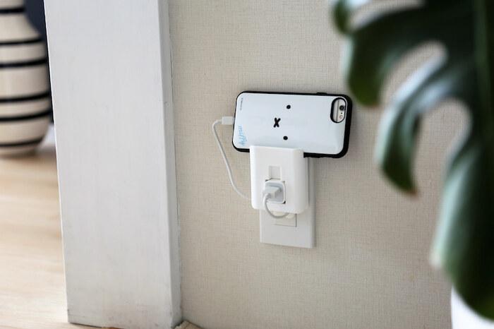 頻繁に行うスマホの充電ですが、掃除の度にコードが邪魔になり、面倒に感じていませんか? コードとスマホをいっしょに収納できる、充電器ホルダーが便利です。 このように浮かせて収納できるため、コードを引っ掛けてしまうトラブルも、見た目の乱雑さも解消されて一石二鳥。