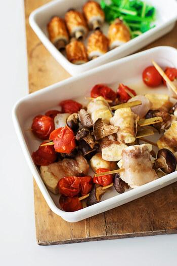 豚肉とキノコ、プチトマトを串に指して、フライパンで焼くだけなのに、見た目もおしゃれに仕上がる一品。味付けはシンプルに塩コショウで、焼くことで濃厚になるキノコの味と香りを楽しんでくださいね。プチトマトは焼いても赤がきれいなので、盛りつけの時には見える様に配置に。