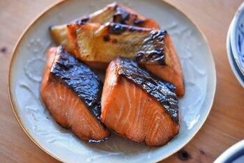 塩鮭はお弁当に入れると少し生臭く感じるという方もいらっしゃるかもしれませんが、甘めのタレに漬け込んで焼くとお弁当にもピッタリ。漬け込む前に、お弁当に盛りつけやすいサイズにカットしておくと便利です。タレに漬け込んだ後に冷凍保存できるので、一品足りない時のストックとしてもおすすめ。