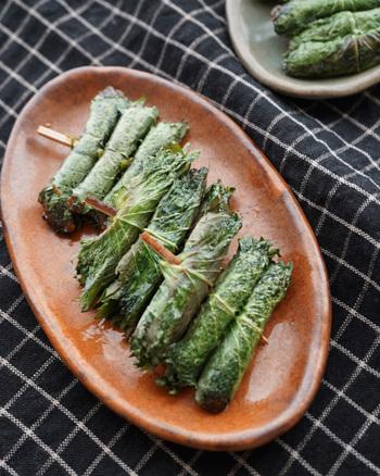 しそ味噌をしそで巻いたシンプルなレシピですが、しそのグリーンが綺麗で、味も癖になる大人の一品。しそ味噌がない時には、ご飯にのせて食べられるような市販の甘めのお味噌で代用してもOKです。