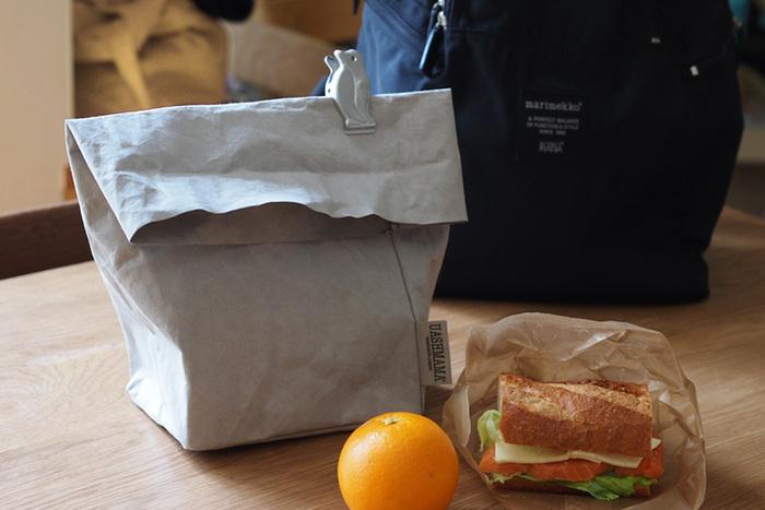 スタイリッシュなこのランチバッグは、実は新聞古紙を主原料とした環境に優しいペーパーバッグ。ペーパーバッグなのに汚れたら洗える優れもので、デスクに上に置いておいても、一見お弁当とわからないくらいおしゃれな雰囲気に。