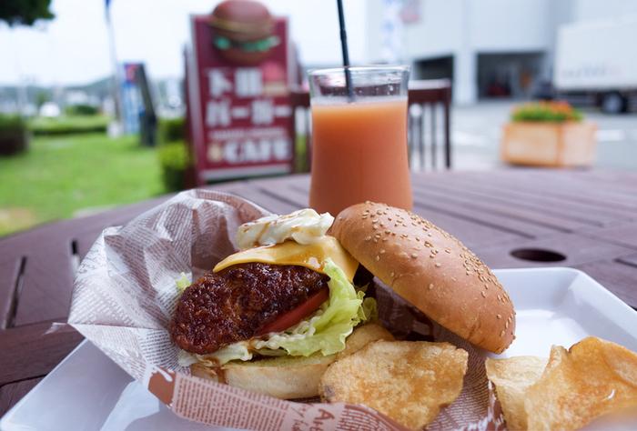 下田名物の「下田バーガー」もぜひ食べておきたいところ。金目鯛のフライを挟んだ、贅沢なハンバーガーです。下田市観光協会の建物のすぐ近くにあるカフェ「ラーマル」でいただけます。テレビでも紹介されたことがある人気メニューなので、ぜひ味わってみてください。