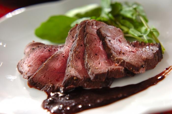 ほんのり甘い蜂蜜酒にはお肉系にもよく合います。お肉は、脂分が多いものよりも、ローストビーフのようなソースに絡めて食べるものがおススメです。こちらのレシピは炊飯器の保温機能を使って作るので失敗しらず。気軽に作ってみたいですね。