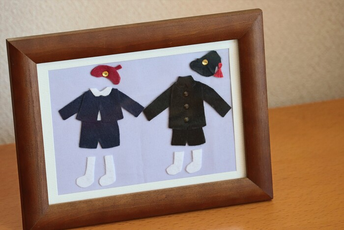 幼稚園や小学校の制服を再現して、額装してみるのも可愛いですね。兄弟で違う制服を着ていたころの思い出が蘇ります。