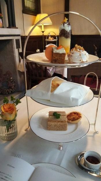 スリーティアーズは、イギリス式の本格的なアフタヌーンティーをいただくカフェとなっています。こだわりのイギリス菓子やプリザーブ、紅茶が楽しめます。  食器なども五つ星ホテルが使っているものと同じブランドが使われており、都会にいながらエレガントなカフェタイムを過ごすことができます。