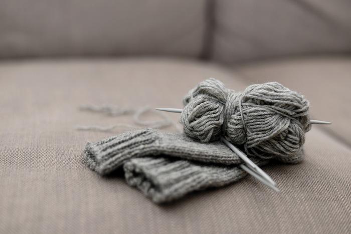 編み物をするときに使うのは、主に「棒針」と「かぎ針」です。  棒針は文字通り、棒状になった針を二本、または四本使って編むものです。ふわふわとして伸縮性のある編みあがりになり、セーターやマフラーなどに向いています。表編みと裏編みを組み合わせて、編んでいきます。  かぎ針は先端がかぎ状になった針で、棒針よりも短いので持ち運びもしやすいという特徴があります。しっかりとした編みあがりになるので、バッグやコサージュなど形のしっかりしたものを作るのに向いています。表と裏がないので、すいすい編んでいくことができます。