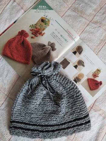 メリヤス編みは編み方の特性上、端の部分がくるりと丸まってしまうことが多いのですが、ガーター編みにはそれがありません。端まですっとしたデザインで仕上げることができるので、いくつかの編み方を組み合わせる場合、端の部分だけガーター編みにすることもよくあります。